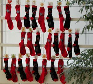 calendrier de l'avent en chaussettes décorée avec des étiquettes de noël