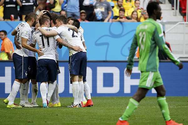 Francia resuelve en el final un duro partido ante Nigeria y se mete en cuartos del Mundial