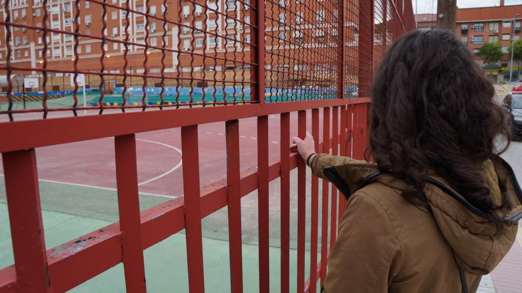 Elena frente a un colegio | Irene, Raquel y Cris