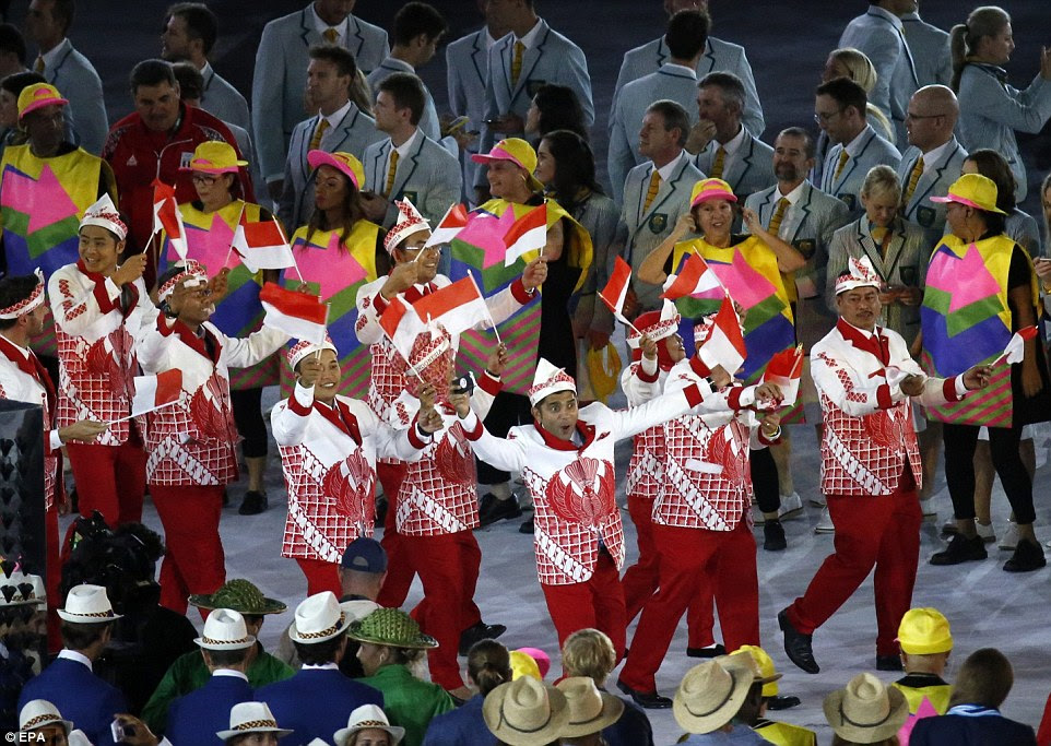 A delegação da Indonésia entrar em campo vestindo ternos elaborada modelado durante a Cerimônia de Abertura