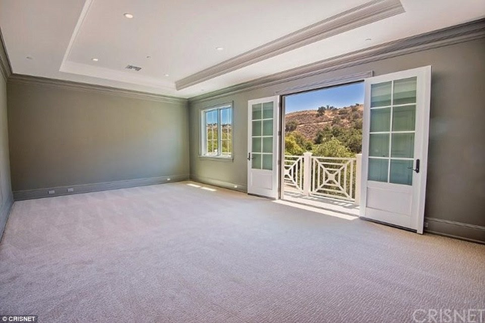 Romm with a view: From the master bedroom, which has a pink carpet, the hills of the valley can be seen; there is also a porch