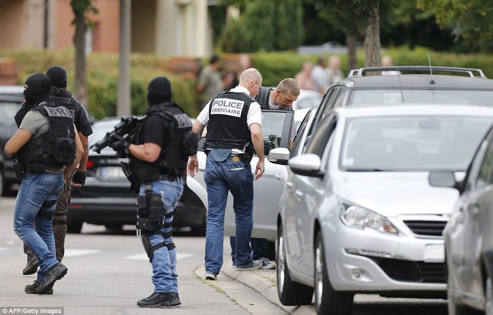 autoridades francesas estão a tentar determinar se os dois homens envolvidos no ataque repugnante tinha cúmplices