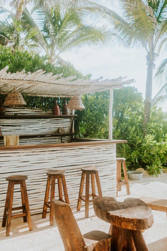 Die beach bar war ein Teil der Hochzeit, schauen Sie sich nur diese rustikalen Stühle