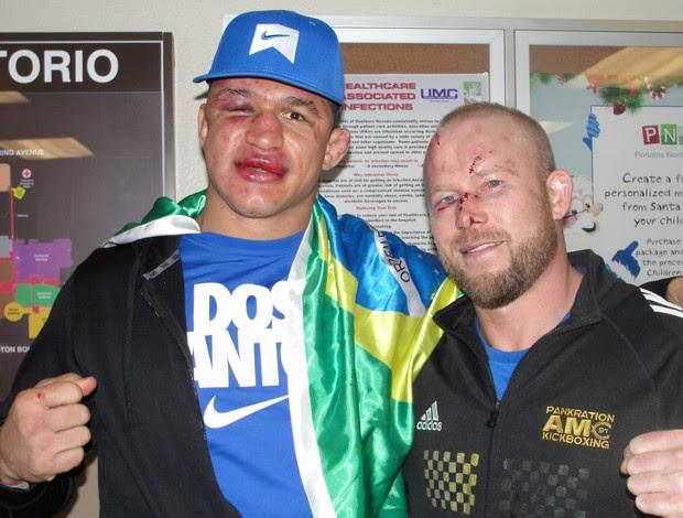 Junior Cigano e Tim Boetsch na saída do hospital em Las Vegas, após o UFC 155 (Foto: Marcelo Russio / SporTV.com)
