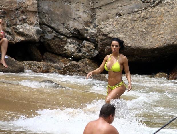 Sue Lasmar mergulha na praia vermelha após ensaio fotográfico (Foto: GABRIEL REIS / AG. NEWS)