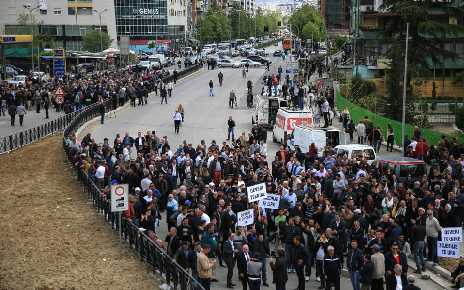 Aποκορύφωμα των κινητοποιήσεων της αντιπολίτευσης ήταν, πριν από λίγες ημέρες, ο αποκλεισμός όλων των μεγάλων οδικών αρτηριών της Αλβανίας επί μία ώρα.