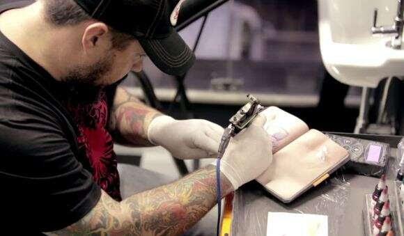 Quer virar tatuador? Treine com esse caderno que simula pele humana