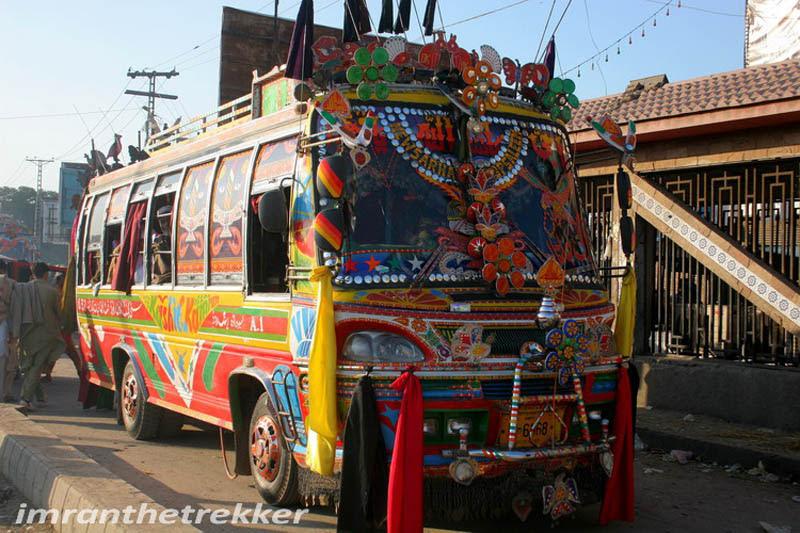 Arte dos coloridos caminhões paquistaneses 23