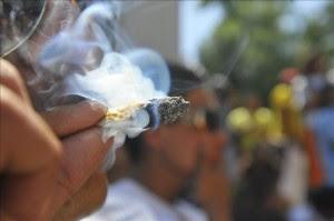 Un joven fuma un cigarrillo de marihuana.EFE