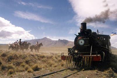 """tlam, comodoro rivadavia 28_01_04: """"la trochita"""", el antiguo expreso patagonico, fue """"asaltado"""" el sabado ltimo por bandoleros a caballo que detuvieron el tren en plena meseta de chubut y """"exigieron"""" a los pasajeros una donacin para comedores escolares, en una puesta en escena para los turistas que, despus del susto inicial, se mostraron entusiasmados con la iniciativa. foto: gentileza juan castro la trochita antiguo expreso patagonico comodoro rivadavia simulacro asalto para pedir donacion para comedores escolares puesta en escena para turistas"""