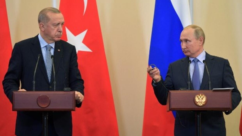Tổng thống Thổ Nhĩ Kỳ Recep Erdogan (T) và nguyên thủ Nga Vladimir Putin tại cuộc gặp ở Sotchi, Nga, tháng 10/2019.