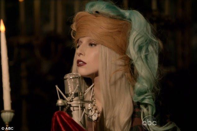 Cabelo assustar?  A cantora vestiu um número de diferentes perucas coloridas como ela revelou por que o cabelo dela era tão importante para ela e como ela foi intimidado para secar ela enquanto ela estava na escola