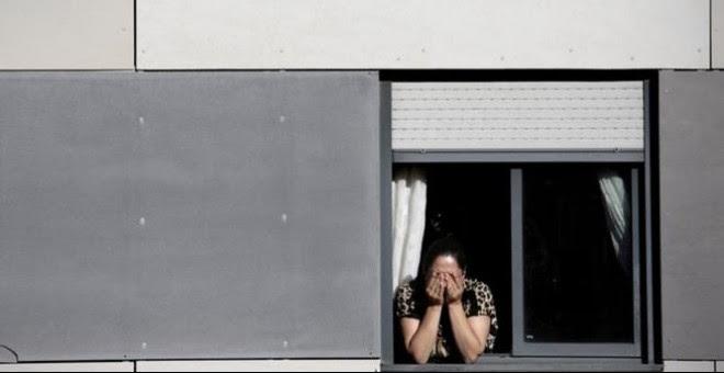 Una mujer llora ante su inminente desahucio. /SINC