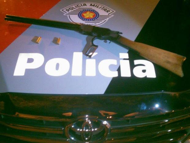 """Um homem foi preso por porte ilegal de arma na madrugada desta terça-feira (4) na região central de São José dos Campos. O flagrante ocorreu durante patrulhamento de rotina na rua Xingu, pela Vila São Bento. A Polícia Militar informou que a arma e duas munições estavam no porta-malas do carro do suspeito.  Segundo a polícia, a arma apreendida é uma Carabina da marca Winchester, apelidada de """"papo amarelo"""", de calibre. 44, de alto poder de impacto, alimentada com duas munições do mesmo calibre. (Foto: Divulgação/Polícia Militar)"""