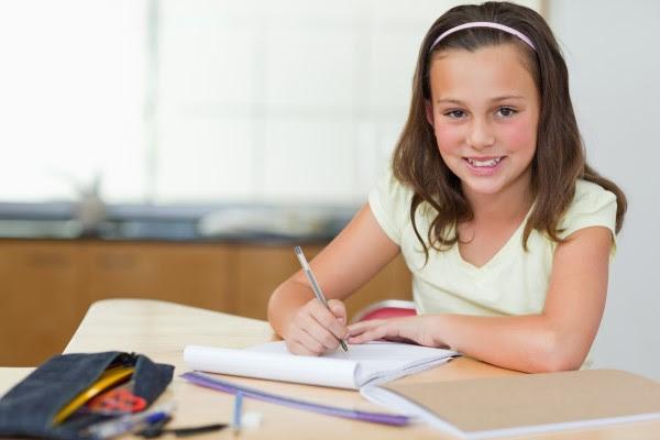 niña contenta con deberes Fracaso escolar: 10 Pautas para que los niños y niñas aprendan a aprender
