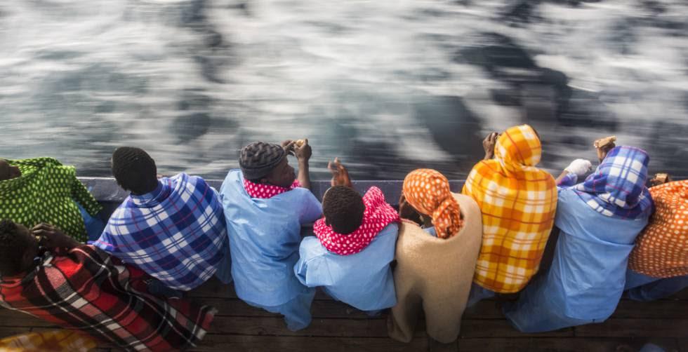 Migrantes africanos a bordo de un barco de la ONG española Proactiva Open Arms, que los rescató el pasado jueves cerca de Libia.