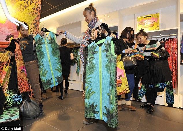 Escolhas, escolhas: Os clientes só podiam comprar um de cada tamanho em todos os roupa