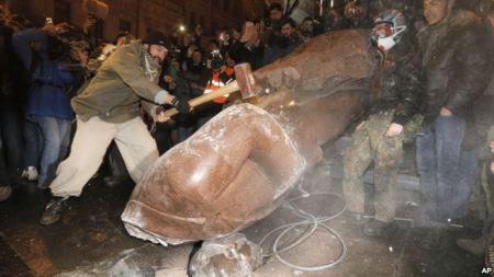 Người biểu tình kéo đổ tượng Vladimir Lenin trong trung tâm thủ đô Ki-ép, Ukraina, hôm Chủ nhật 8/12/13. Cuộc biểu tình bước sang tuần thứ ba với khoảng 200.000 người tham gia