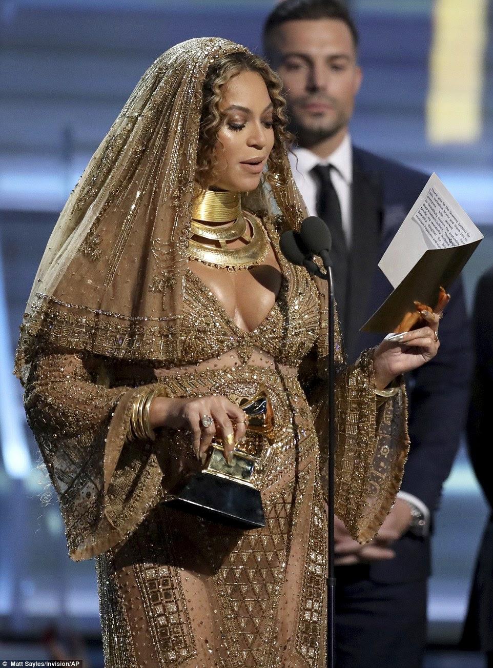 Primeira vitória: Beyonce aceitou o prêmio de Melhor Álbum Urbano Contemporâneo