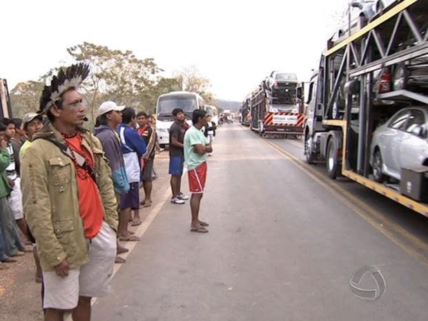 índios liberam parcialmente a passagem de veículos pelas duas rodovias. (Foto: Reprodução / TVCA)