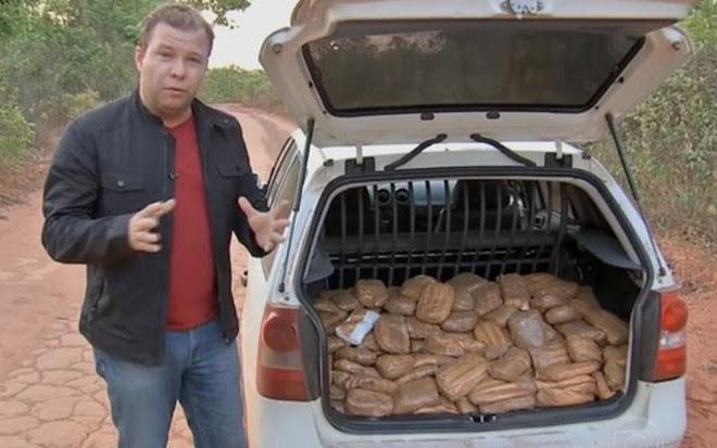 Alex Barbosa mostra falsa cocaína em reportagem exibida pelo Jornal da Globo do dia 13 - Reprodução/TV Globo