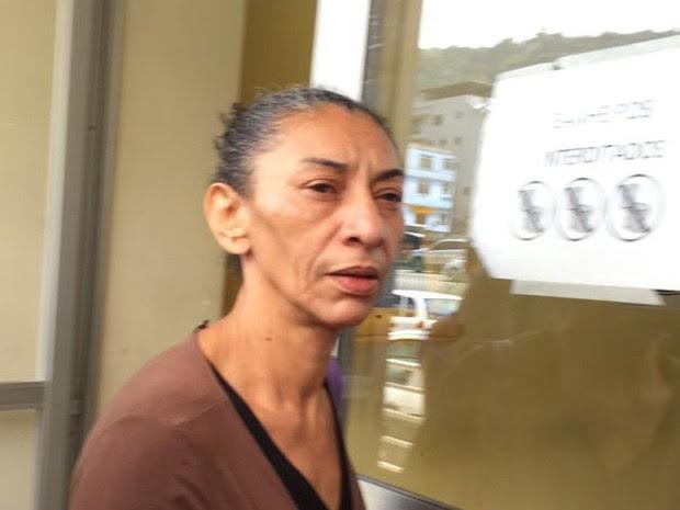 Elizabeth da Silva, viúva de Amarildo de Souza, deixa a delegacia após registrar queixa contra campanha de Crivella (Foto: Gabriel Barreira/G1)