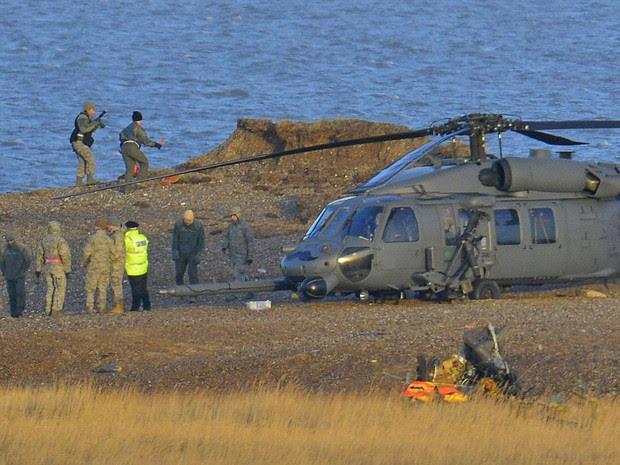 Quatro pessoas morreram na queda de um helicóptero militar americano no leste da Inglaterra nesta terça-feira (7), segundo a polícia. O acidente ocorreu na região de Cley, no norte da costa de Norfolk.  (Foto: Toby Melville/Reuters)
