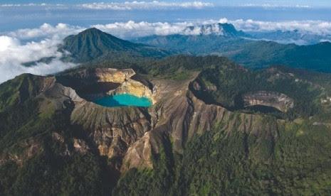 Pemandangan indah Gunung Kelimutu