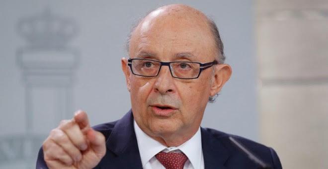 El ministro de Hacienda, Cristóbal Montoro, durante la rueda de prensa posterior a la reunión del Consejo de Ministros celebrada en el Complejo de La Moncloa. EFE/Ángel Díaz