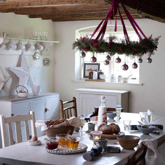 Country cottage Christmas dining room | Dining room | PHOTO GALLERY | Homes & Gardens | Housetohome.co.uk