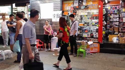彌敦道・旺角道の交差点近くの携帯電話屋さん