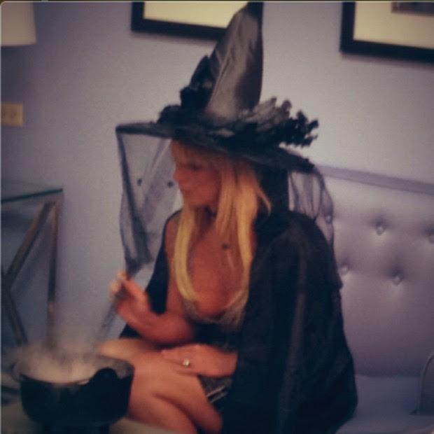 Britney Spears mexe no caldeirão (Foto: Path/ Reprodução)