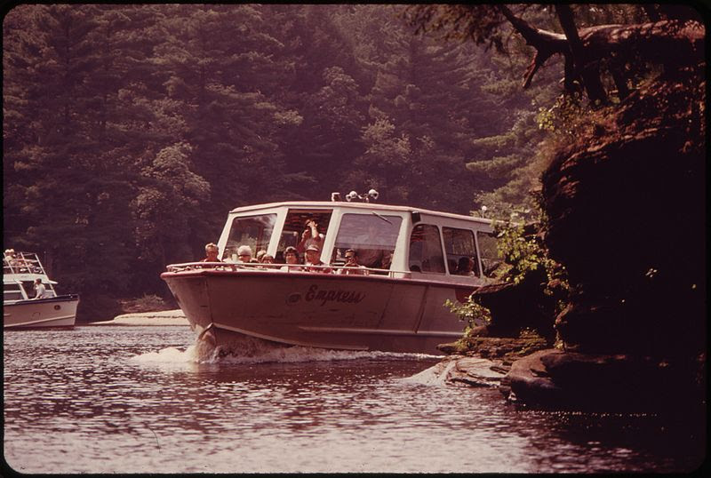 File:BOATING ON THE WISCONSIN RIVER AT WISCONSIN DELLS, A POPULAR RECREATION AREA - NARA - 550824.jpg