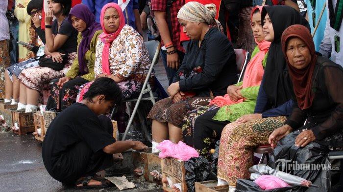 Sejumlah petani dari Pegunungan Kendeng bersama sejumlah aktivis melakukan aksi memasung kaki dengan semen di depan Istana Merdeka, Jakarta, Senin (20/3/2017). Aksi memasung kaki dengan semen yang telah berlangsung 8 hari terus dilakukan Petani Pegunungan Kendeng dan jumlahnya semakin bertambah menjadi 50 orang ditambah 10 aktivis dengan tujuan meminta kepada Presiden Joko Widodo untuk menghentikan izin lingkungan Pembangunan dan Pertambangan Pabrik PT Semen Indonesia di Pegunungan Kendeng, Rembang, Jawa Tengah. TRIBUNNEWS/IRWAN RISMAWAN