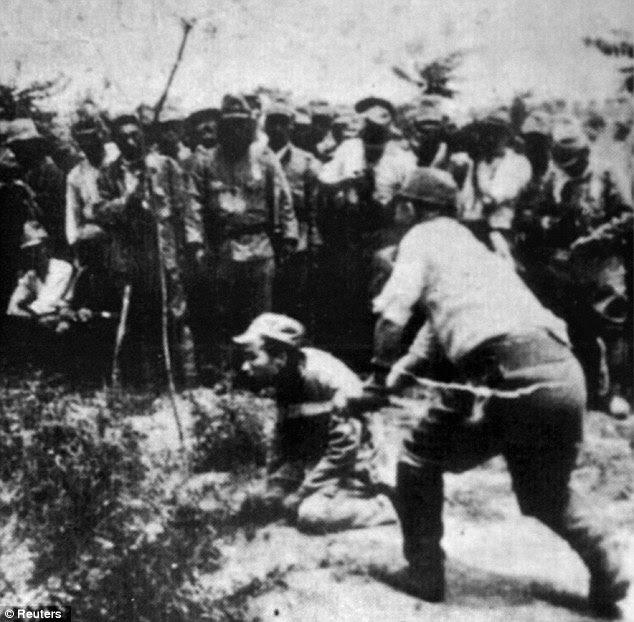 Impiedoso: Um soldado japonês decapita um prisioneiro chinês