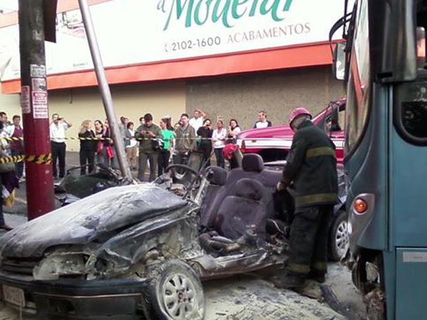 Carro bateu em ônibus em cruzamento no Centro de Ribeirão Preto (Foto: Cristiane Zambroni/EPTV.com)