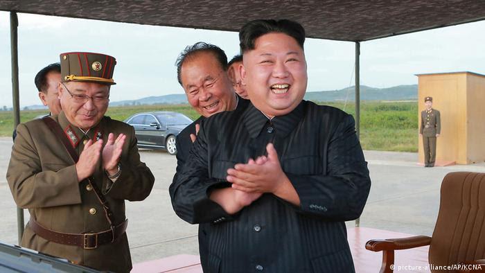 Nordkorea Kim Jong Un beklatscht Raketentest (picture-alliance/AP/KCNA)