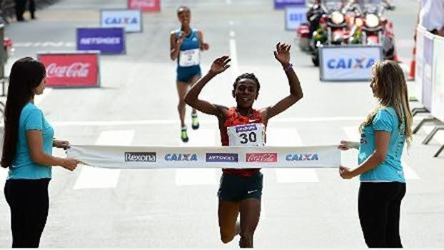 Ymer Wude Ayalew cruzou a linha de chegada seguida de perto por sua compatriota