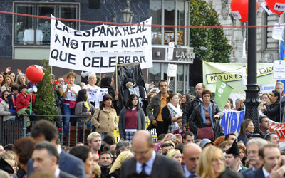 Protestas contra los recortes en las inmediaciones del Teatro Campoamor.-Felix Ordonez