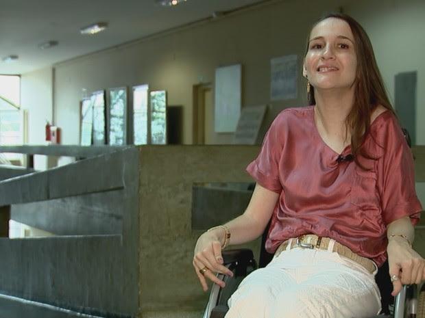 Gabriela durante visita na faculdade que irá estudar (Foto: Reprodução/ TV TEM)