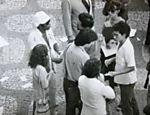 O cantor Milton Nascimento (de boina branca) distribui panfleto pela anistia em 1979, no Rio Leia mais