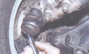 статья про Проверка шаровых шарниров рулевых тяг на автомобиле ВАЗ 2106