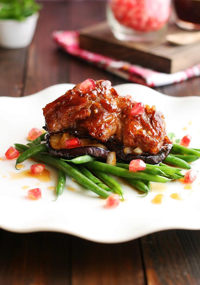 ensalada de pollo crujiente con berenjenas asadas, judías verdes y aliño de granada