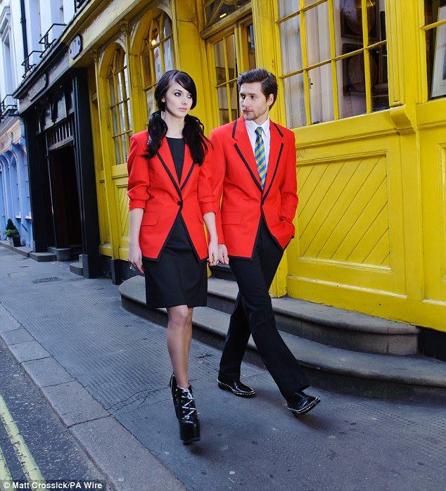 Novos uniformes Butlins 'Redcoat, projetados por cima e próximos designer britânico Hannah Clayton