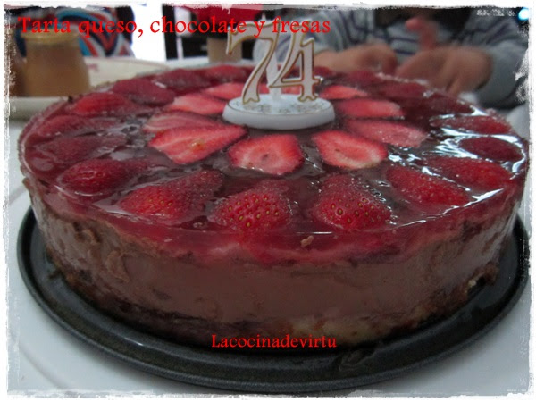 tarta chocolate, queso y fresas