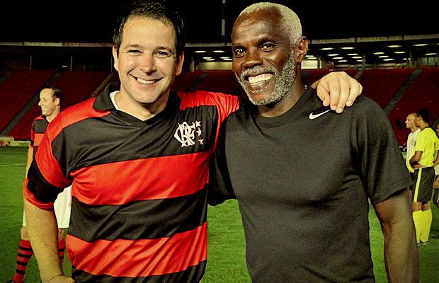 Murilo Benício com seu professor, o ex-jogador Cláudio Adão (Foto: Avenida Brasil/ TV Globo)