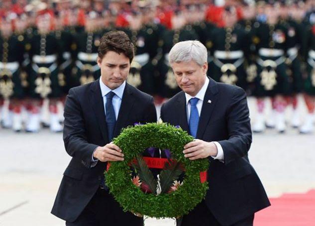 Justin Trudeau, Kanada újonnan megválasztott liberális miniszterelnöke a baloldalon és Stephen Harper leköszönő konzervatív kormányfője a jobboldalon. Egyött koszorúztak... Fotó: CTV News.