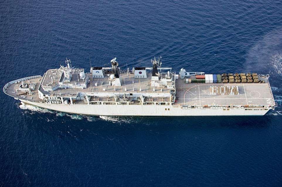 """La Royal Navy ha dado inicio a las celebraciones del bebé real, ya que los sailitares y los marines explicaron la palabra """"niño"""" en la cubierta del HMS Albion."""