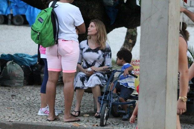 Maria Padilha com o filho na Lagoa (Foto: Jc Pereira/Agnews)