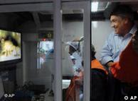 No monitor, imagem dos mineiros soterrados
